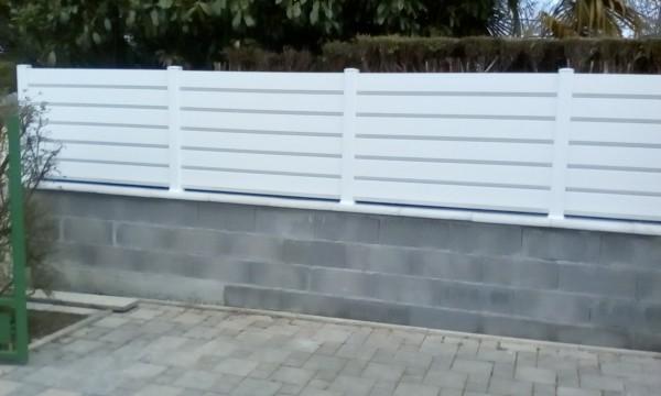 Clôture pvc sur muret après réalisation