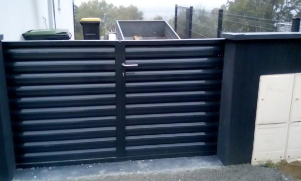portail deux battant metal picopato remplissage persienne ral7016